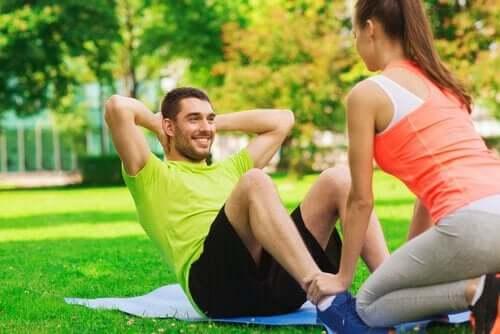 Mann und Frau beim Sport im Park