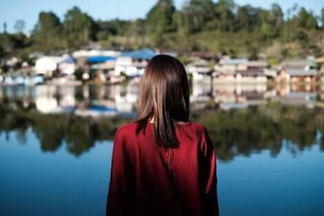 In einer ländlichen Umgebung - Frau am See