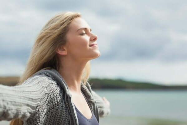 Merkmale und Definition von guter Lebensqualität - Frau mit geschlossenen Augen