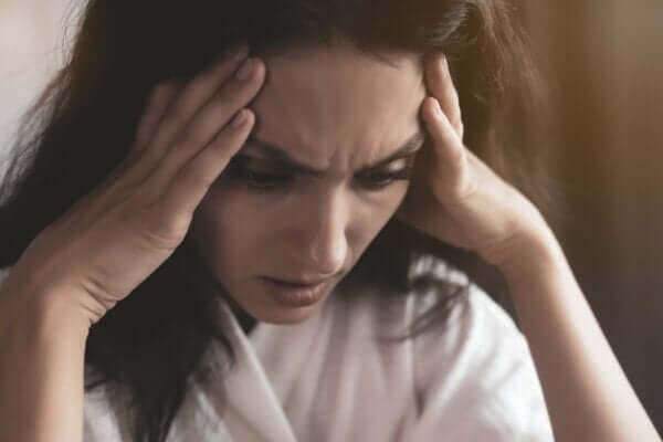 Panikattacke oder eine Angstattacke - gestresste Frau