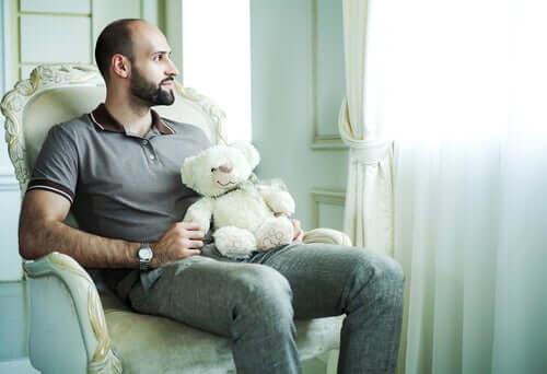 Peter-Pan-Syndrom - Mann mit Teddybär
