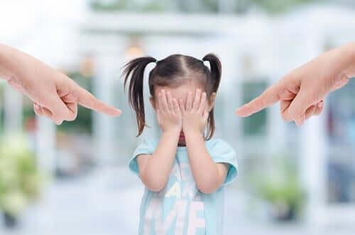 Schreien schadet - Eltern deuten auf ihre Tochter