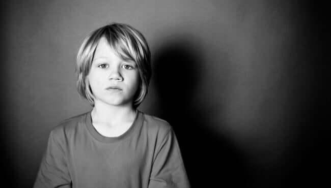 Vergessene Kinder - trauriger Junge