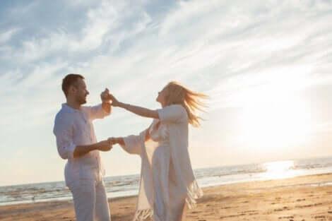 eine neue Beziehung aufbauen - Paar am Strand