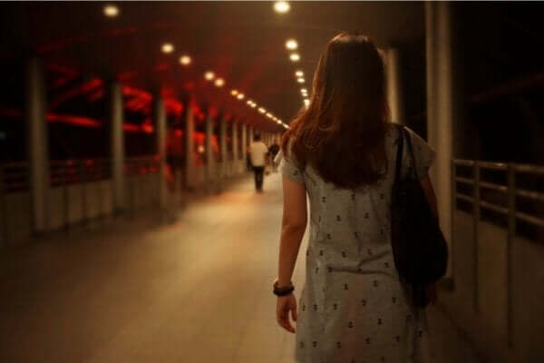 Atavistische Ängste - Frau bei Dunkelheit auf einer Brücke