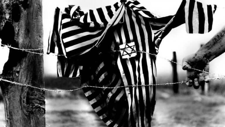Biografie von Viktor Frankl - Jacke mit Davidstern an einem Stacheldrahtzaun
