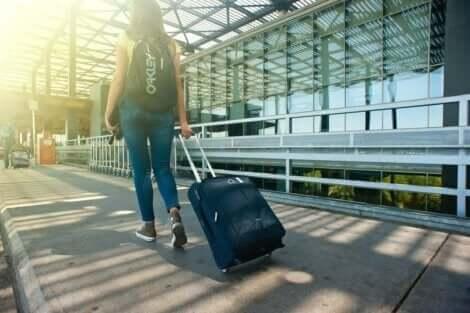 Hodophobie - Frau mit Koffer