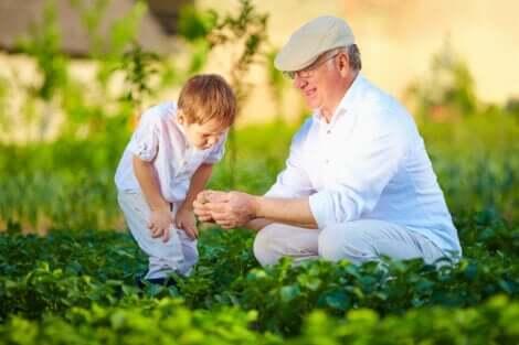 In einer ländlichen Umgebung - Großvater mit Enkelkind