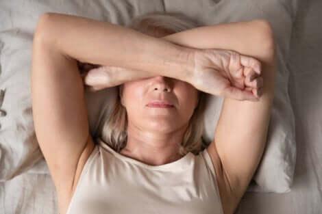Morgendliche Traurigkeit - Frau mit Armen vor dem Gesicht