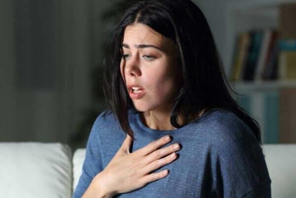 Panikattacke oder eine Angstattacke - Frau mit Problemen beim Atmen