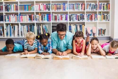 Qualitäten eines guten Lehrers - Lehrer mit Schülern beim Lesen