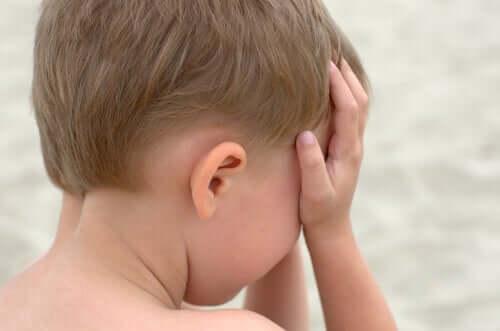 Schreien schadet - weinender Junge hält sich Hände vor sein Gesicht