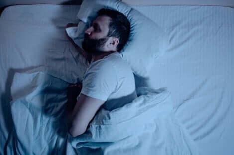 Tiefschlaftherapie - schlafender Mann im Bett