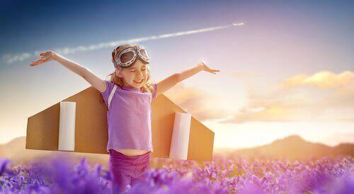 kognitive Entwicklung von Kindern - Kind mit Flügeln in Fantasiewelt