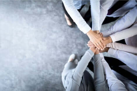 synthetisches Denken - Team hält Hände übereinander