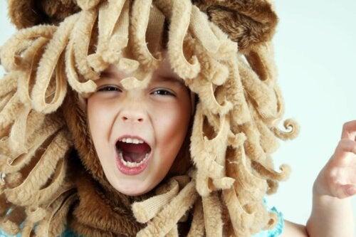 Ein Kind, das sich als Löwe verkleidet