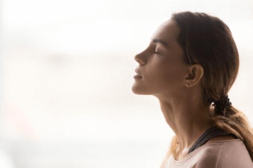 Fokussiere deinen Aufmerksamkeit auf den Rhythmus deiner Atmung