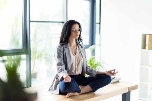 Frau meditiert im Sitzen