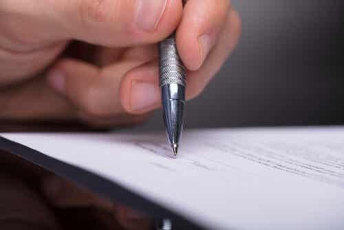 Dokument wird unterschrieben
