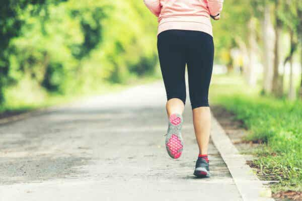 Endorphine - Frau joggt im Wald