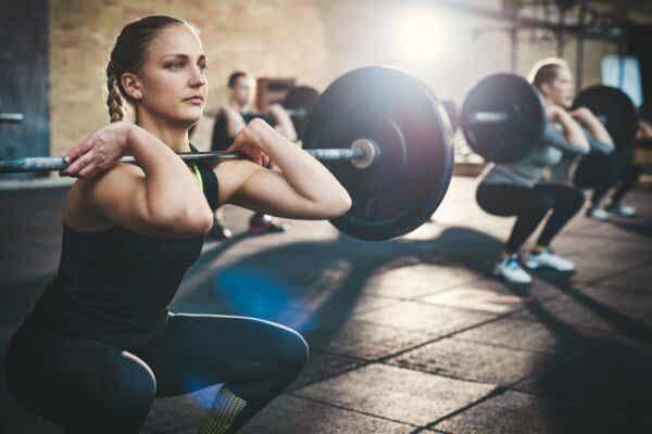 Metabolischer Stress - Frau beim Gewicht heben