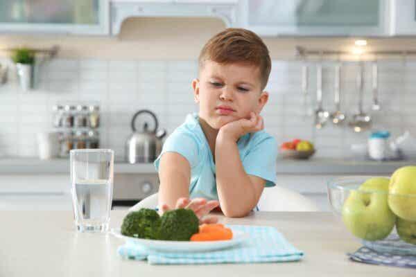 Nahrungsmittelphobien - Kind schiebt Teller mit Gemüse von sich weg