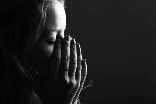 Verlust eines geliebten Menschen - weinende Frau
