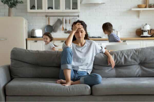 die Geduld - gestresste Mutter auf dem Sofa