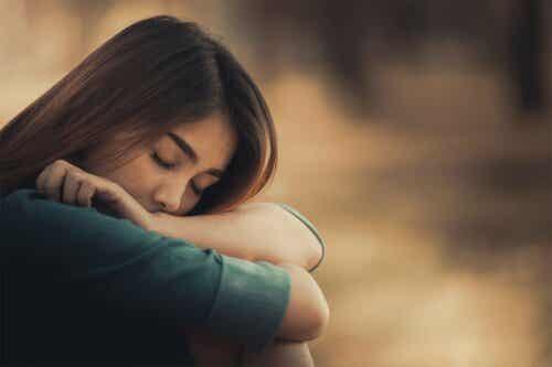 schwierige Kindheit - Frau mit geschlossenen Augen