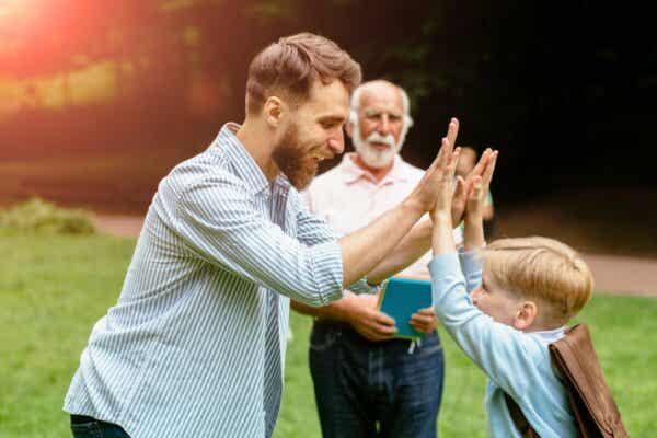 Ehrlichkeit und - Vater und Sohn beim High Five, daneben Großvater
