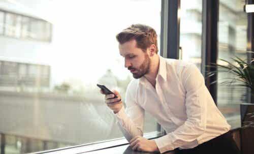 Extimität - Mann schaut auf sein Smartphone