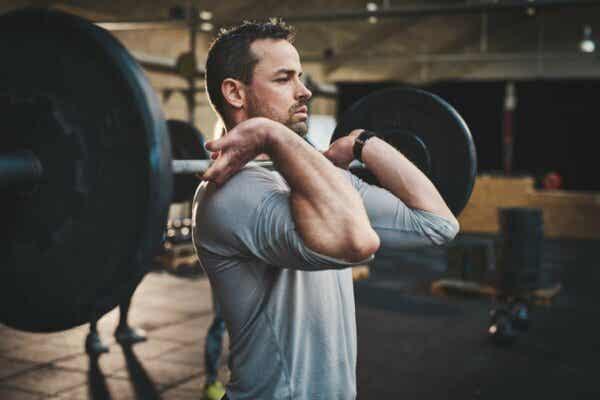 Metabolischer Stress - Mann beim Gewicht heben