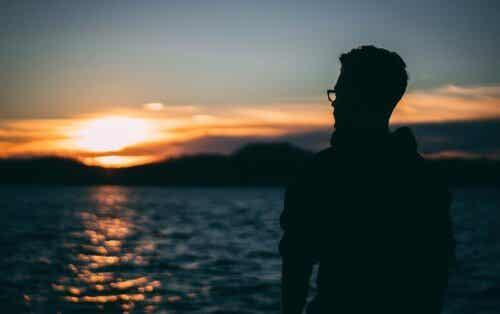 Mitgefühl mit sich selbst - Mann steht am Strand