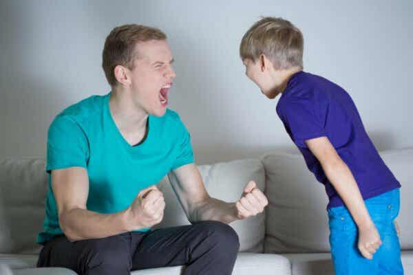 die Geduld verlieren - Vater schreit seinen Sohn an