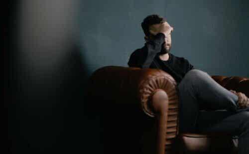 jemanden hassen - verzweifelter Mann sitzt auf einem Sofa