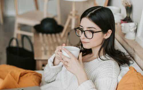 prokrastinieren - Frau mit einer Tasse Kaffee