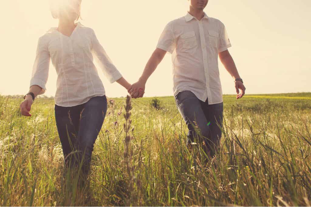 glückliches paar möchte zusammenziehen