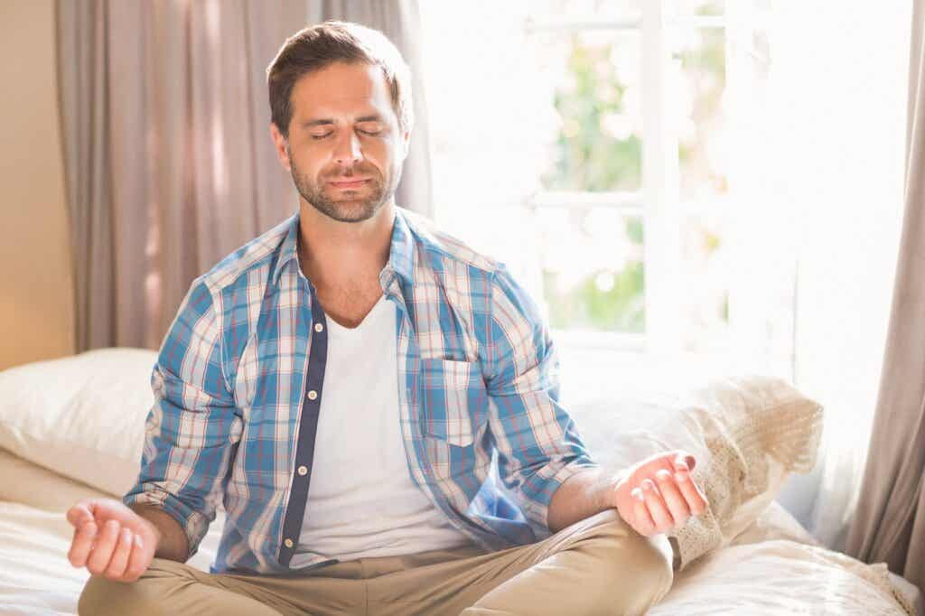 Mann glaubt an Wirkung von Mindfulness